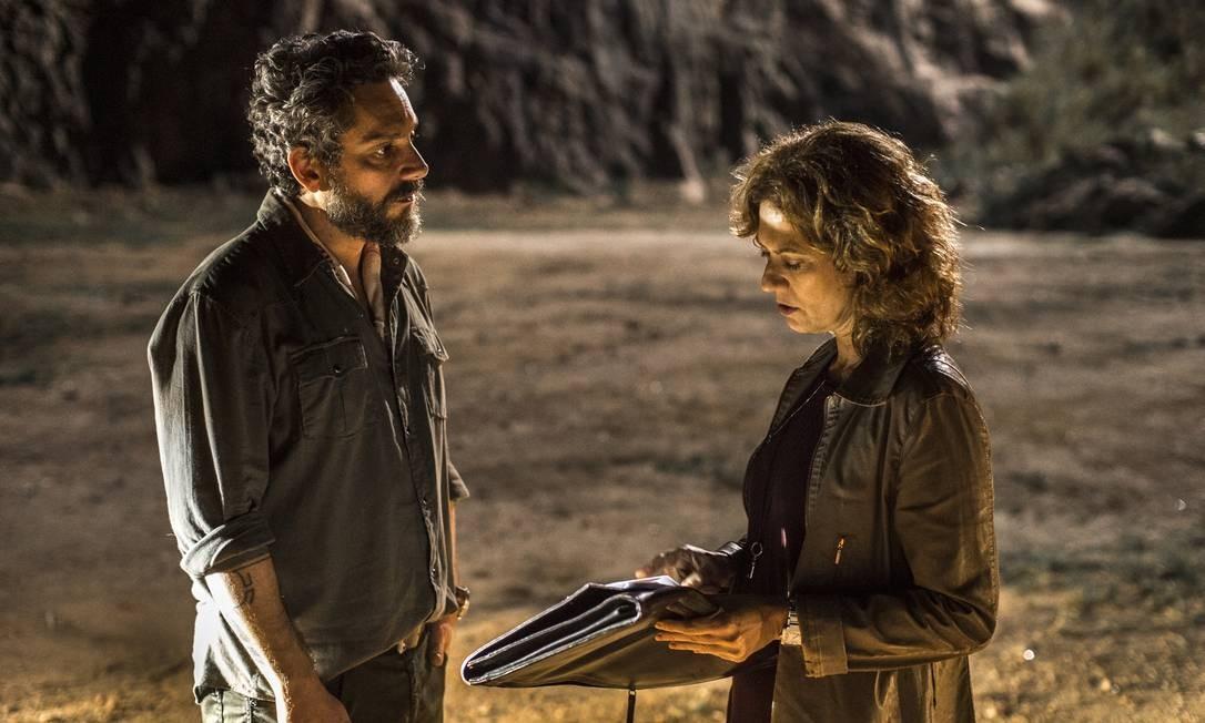 Cássia (Patricia Pillar) estranha ao ver Pedro (Alexandre Nero) e ele logo se explica. Pedro, no impulso, beija Cássia, que se deixa beijar