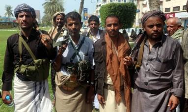 Combatentes houthis na cidade de Hodeida: principal porto do Iêmen é porta de entrada para ajuda humanitária Foto: ABDO HYDER / AFP