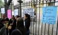 Pais organizam protesto na frente da Escola Senador Correa, no Flamengo Foto: Guilherme Pinto / Agência O Globo