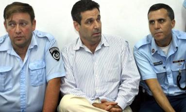 Em imagem de 2004, o ex-ministro Gonen Segev espera em tribunal após ter sido acusado de tráfico de drogas Foto: YARIV HATZ / AFP