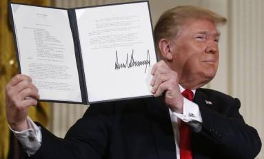 Trump assina diretiva sobre serviço espacial americano nesta segunda-feira Foto: LEAH MILLIS / REUTERS