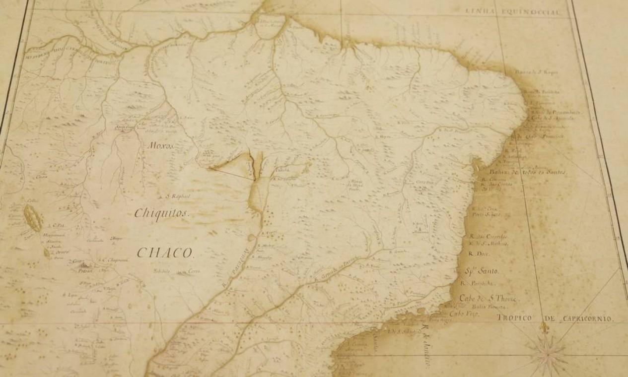 O acervo da biblioteca guarda tesouros como o mapa do Brasil nos tempos do Tratado de Madri, em 1749. Foto: Gabriel de Paiva / Agência O Globo