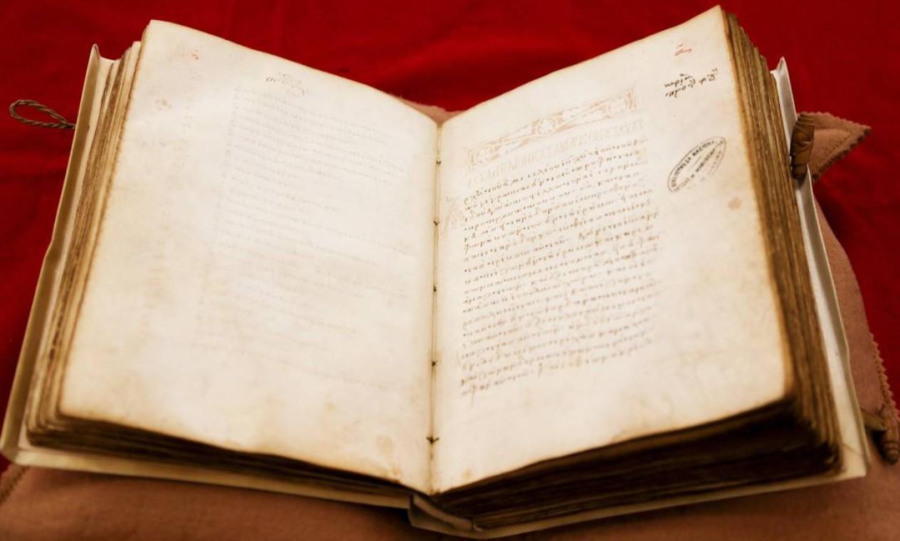 Joias da coleção: evangeliário grego do século XI, a pevça mais antiga da Biblioteca Foto: Gabriel de Paiva / Agência O Globo