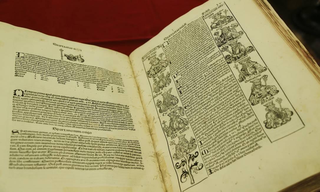 Outro tesouro do acervo é o Crônica de Nuremberg, livro de 1943 que conta história do mundo Foto: Gabriel de Paiva / Agência O Globo