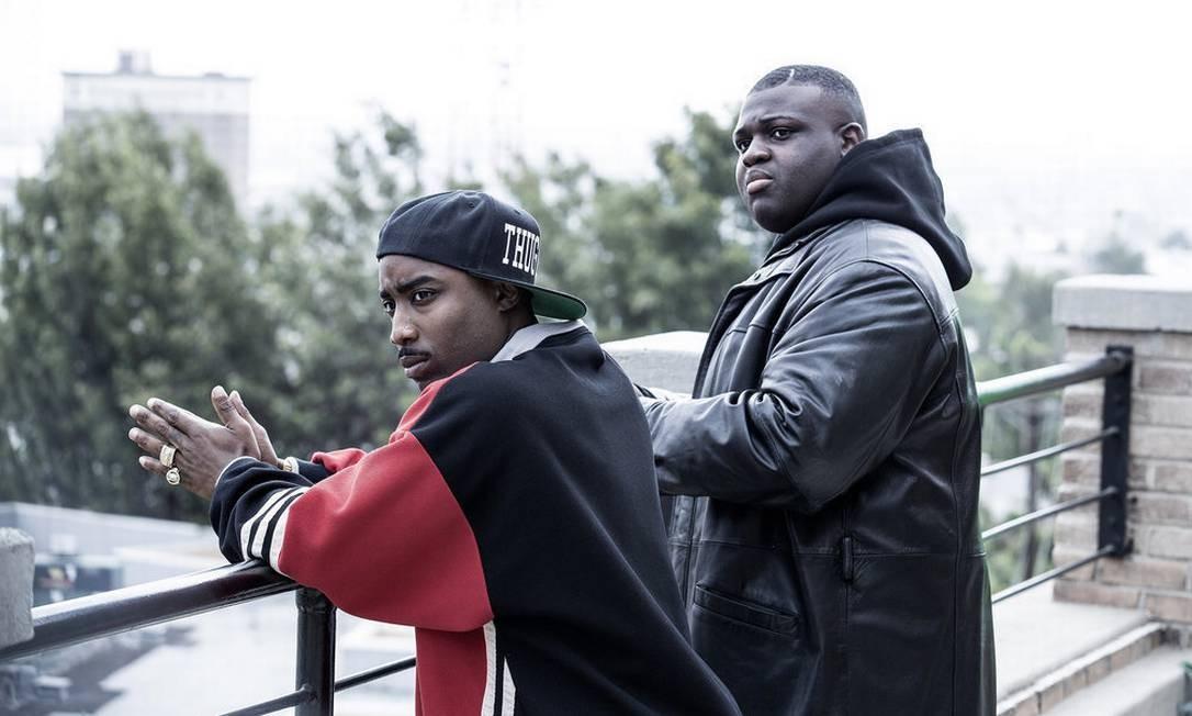 "Marcc Rose (à esquerda) vive o rapper Tupac Shakur, enquanto Wavyy Jonez interpreta seu rival, Christopher ""Biggie"" Wallace Foto: USA Network / Isabella Vosmikova/USA Network"