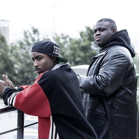 Marcc Rose (à esquerda) vive o rapper Tupac Shakur, enquanto Wavyy Jonez interpreta seu rival, Christopher