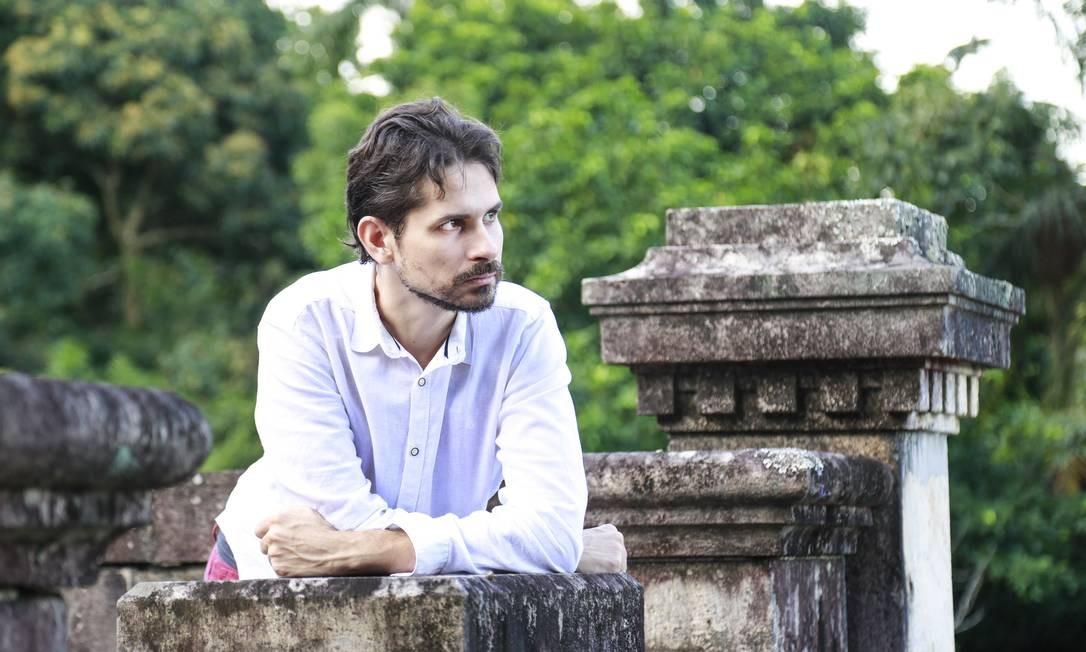 O cantor, compositor, arranjador e violonista Thiago Amud que está lançando o disco