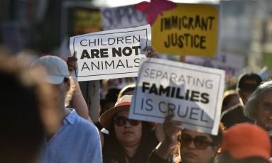 """Críticos da """"política de tolerância zero"""" do governo americano fazem protesto contra separação de famílias em Los Angeles, nos EUA Foto: ROBYN BECK / AFP"""