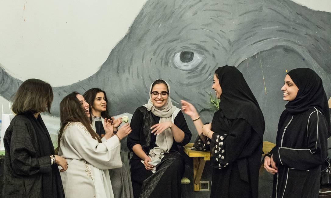 Salwa al-Dharrab, ao centro, dona do Nabt Fenjan, um café só para mulheres, em Riad Foto: Iman Al-Dabbagh / For The Washington Post