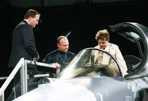 A então presidente Dilma Rousseff em visita a fábrica da Saab, na Suécia, em 19/10/2015 Foto: Stefan Jerrevang / AFP
