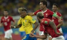 Neymar tenta passar por dois rivais no empate entre Brasil e Suíça, em Rostov Foto: Alexandre Cassiano
