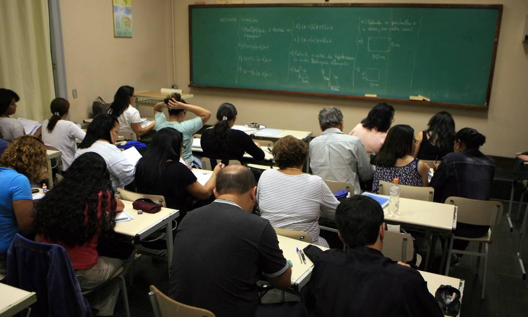 Jovens e adultos participam de uma aula à noite no Rio, em foto de arquivo Foto: Ricardo Leoni / Agência O Globo