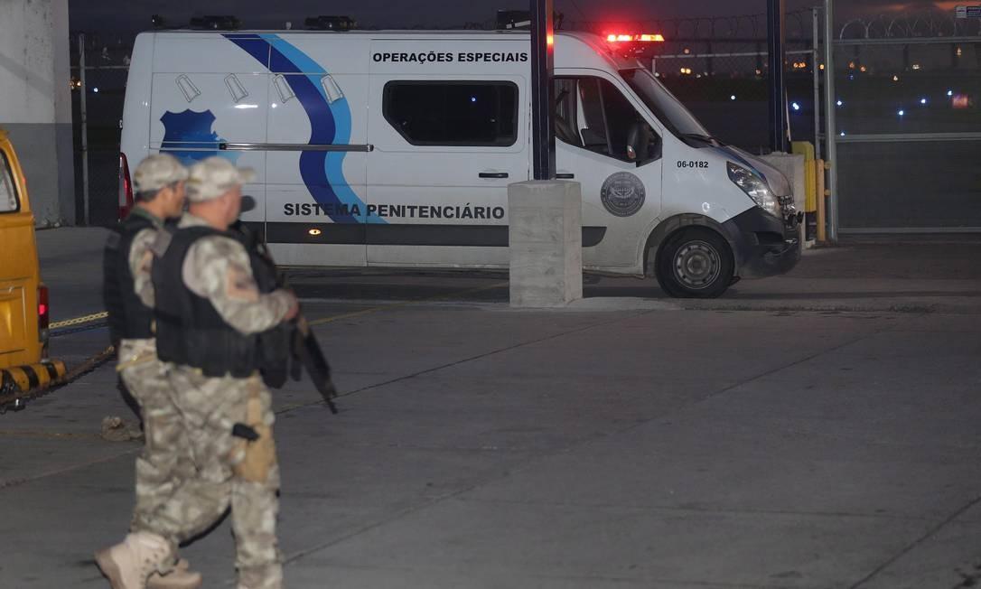 Sob forte esquema de segurança, van da Seap entrou no setor de cargas do Aeroporto Santos Dumont por volta das 6h Foto: Marcio Alves / Agência O Globo