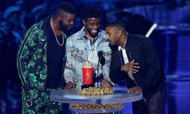 Os atores Winston Dukem, Chadwick Boseman e Michael B. Jordan recebem o prêmio de Melhor Filme por 'Pantera Negra' Foto: MARIO ANZUONI / REUTERS