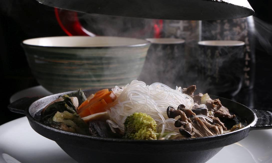 Sushi Akyrio. A pedida é o sukiyaki (R$ 49,90), um ensopado servido em panela de barro com filé mignon, shiitake, shimeji, legumes e macarrão japonês. Para acompanhar, gohan. Rua Gustavo Sampaio 831, Leme (2244-8129) Foto: Rodrigo.Galvao / Divulgação
