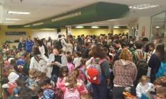 Pais e alunos se refugiam em estacionamento de escola durante tiroteio Foto: Reprodução