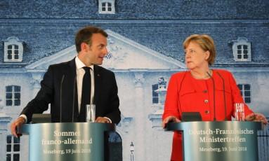 Presidente da França, Emmanuel Macron, e chanceler federal alemã, Angela Merkel, falam durante entrevista coletiva em Berlim Foto: LUDOVIC MARIN / AFP