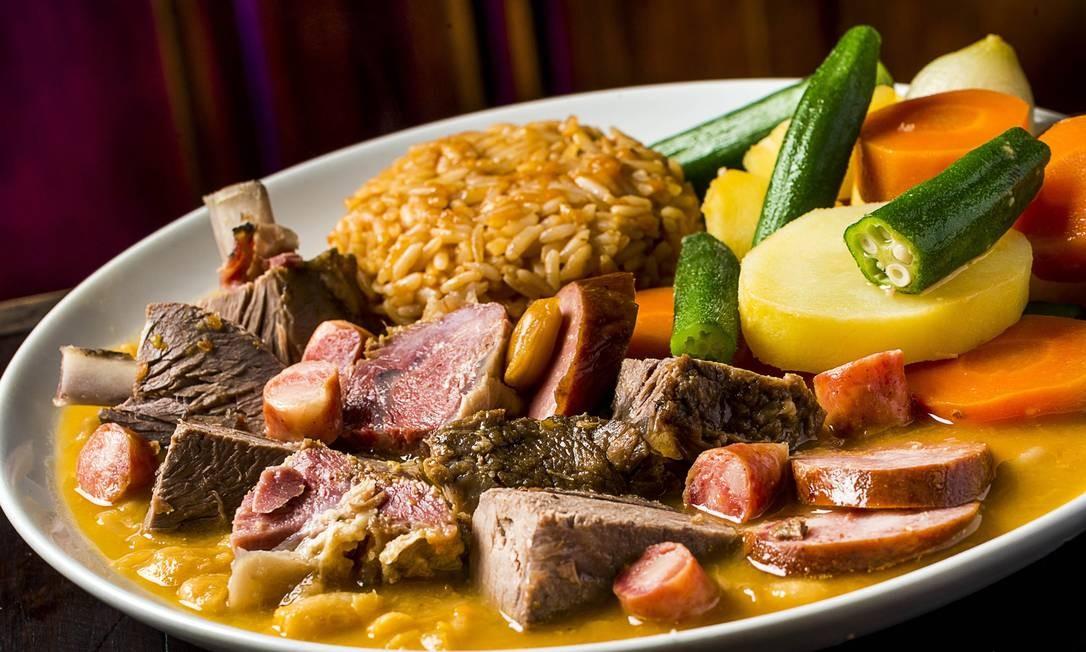 Hollandaise. Domingo é dia do cozido (R$ 65), servido das 13h às 17h. O prato tem batata, batata-doce, abóbora, inhame, vagem, repolho, cenoura, milho, quiabo e couve, linguiça mineira, defumada e Paio, lombo defumado e salgado, peito bovino, músculo, frango, costela salgada e defumada e mocotó cozido. Acompanham feijão branco cozido, pirão, arroz e ovos cozidos. Av. Lucio Costa 5750, Barra (2492-0061) Foto: Frederico de Souza - F I L I C O / Divulgação
