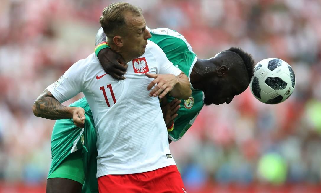 O camisa 6 de Senegal, Salif Sane teve sua vida complicada com a dupla de ataque polaca. Na disputa, ganhou mais uma de Kamil Grosicki Foto: CARL RECINE / REUTERS