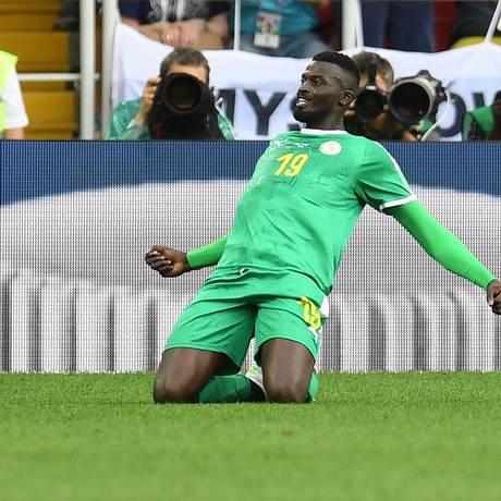 Atacante senegalês Mbaye Niang comemora seu gol na vitória sobre a Polônia Foto: PATRIK STOLLARZ / AFP