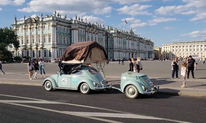 Em São Petersburgo, diante do Hermitage, um dos maiores museus de arte do mundo, o Fusquinha 68 com placas de Pelotas se transforma no centro das atenções dos turistas. O carro leva reboque e barraca Foto: Arquivo pessoal / Caio Passos