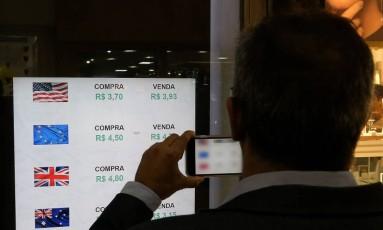 Dólar turismo é negociado na faixa dos R$ 4 nas corretoras de câmbio do Rio Foto: Guilherme Pinto/Agência O Globo