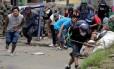 Moradores se escondem em barricadas em Masaya onde governo de Daniel Ortega lançou nova ofensiva Foto: INTI OCON / AFP