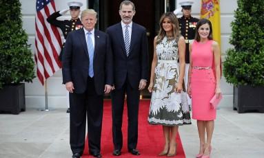 Donald Trump e Melania Trump receberam, nesta terça-feira, na Casa Branca, em Washington, D.C., o rei Felipe VI e a rainha Letizia, da Espanha. Olharam bem para a foto? Não reconheram nada no look de Letizia? Passe para a foto seguinte... Foto: Chip Somodevilla / Getty Images