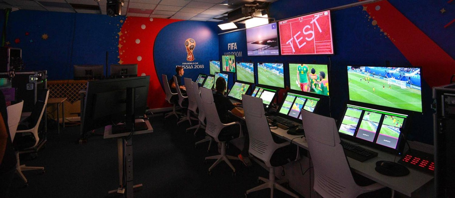 Sala do árbitro de vídeo: CBF trata o assunto como encerrado nos bastidor político do Mundial, após ter pedido de revisão negado. Foto: MLADEN ANTONOV / AFP