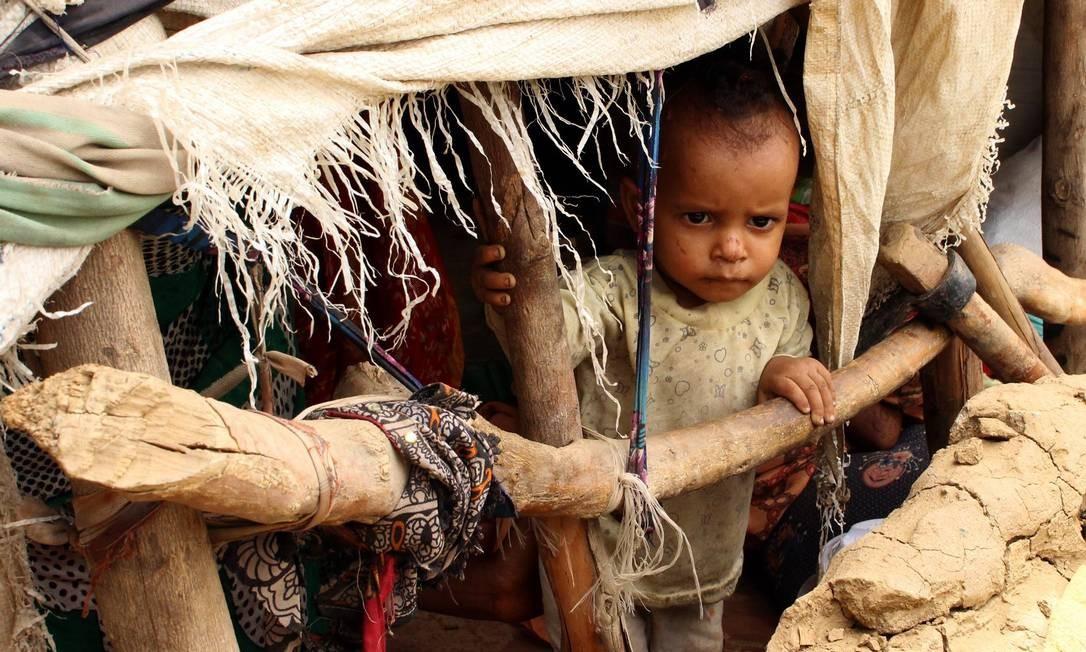 Criança em campo de refugiados próximo a Hodeida, no Iêmen: conflito ameaça milhares de pessoas por falta de alimentos Foto: ESSA AHMED / AFP