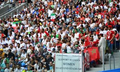 Torcedores mostram cartaz pedindo apoio às mulheres iranianas durante o jogo do Marrocos contra o Irã em São Petersburgo, na Rússia Foto: DYLAN MARTINEZ / REUTERS