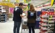 Fiscais verificam alimentos durante a operação nos supermercados da capital paulista Foto: Divulgação