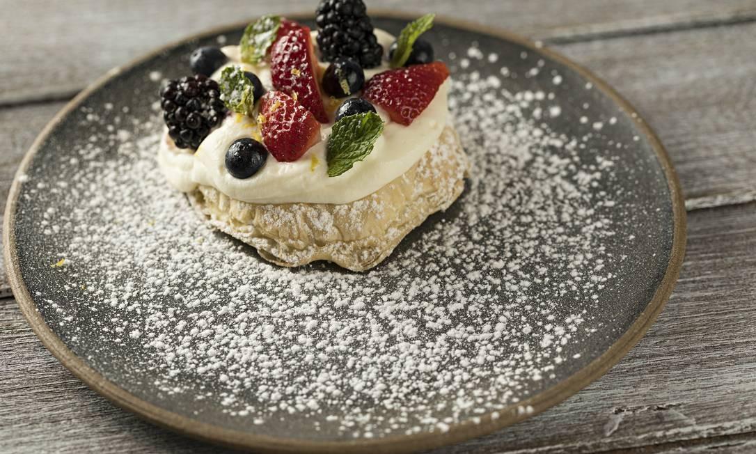 Oia. O Puff Pastry & Berry (R$ 29) é massa folhada crocante, chantilly de iogurte com mel e baunilha, com mix de berries e hortelã. R. Barão da Torre 340, Ipanema (3201-6529) Foto: Rodrigo Azevedo / Divulgação