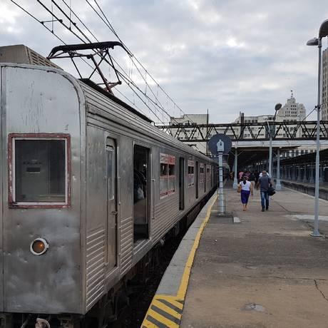 Trem antigo da SuperVia na plataforma de Belford Roxo Foto: Marcos Nunes / O Globo (Arquivo)