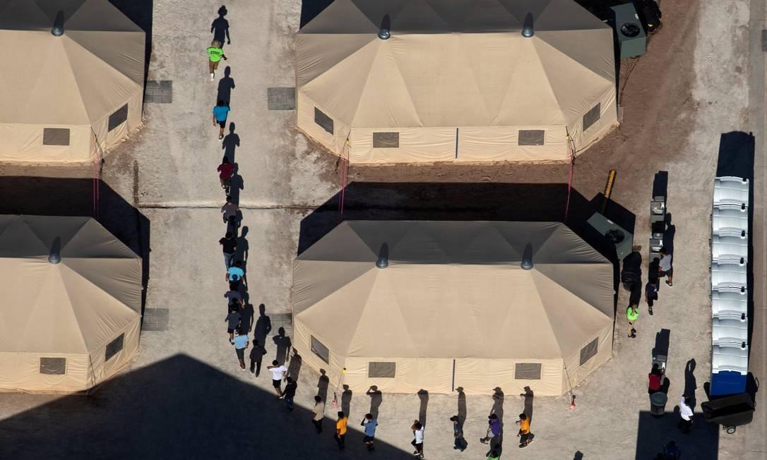 Crianças imigrantes separadas dos pais em um abrigo de tendas em Tornillo, no Texas Foto: MIKE BLAKE / REUTERS