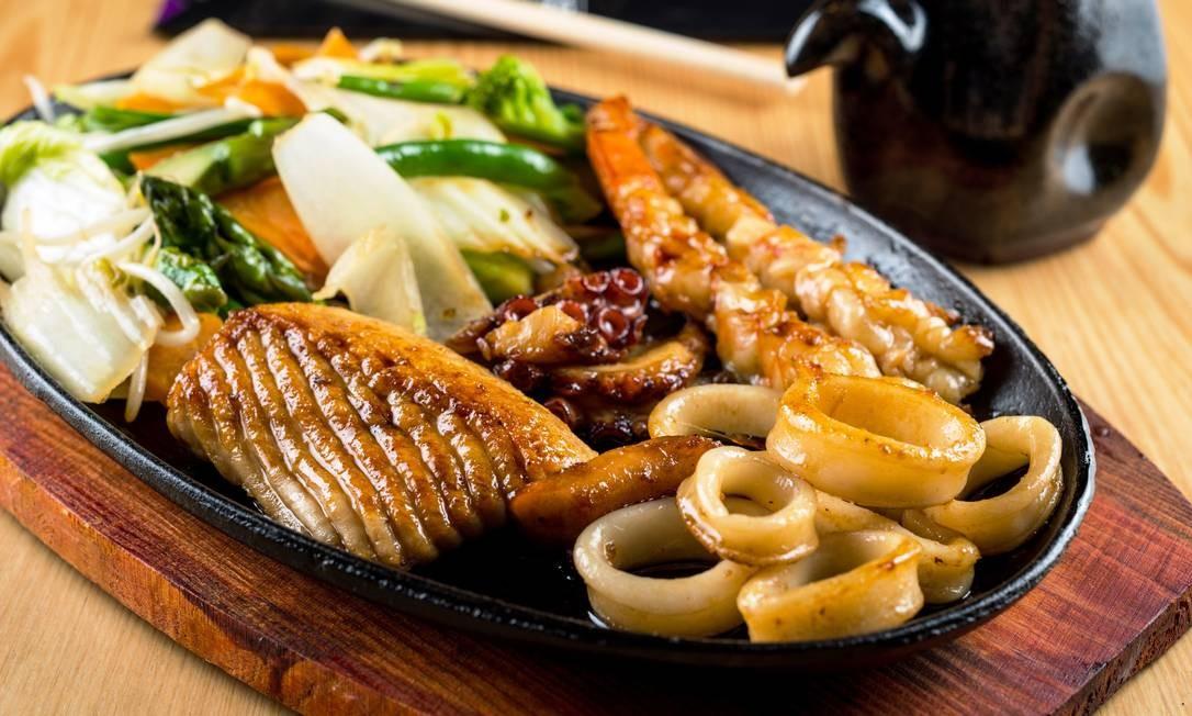 Naga. Teppanyaki de frutos do mar (R$ 130) grelhados na chapa com legumes. Village Mall. Av. das Américas 3900, 3º andar, Barra (3252-2698) Foto: Tomás Rangel / Divulgação