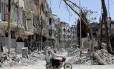 Civis passam em frente a destroços da guerra em Damasco, na Síria Foto: LOUAI BESHARA / AFP