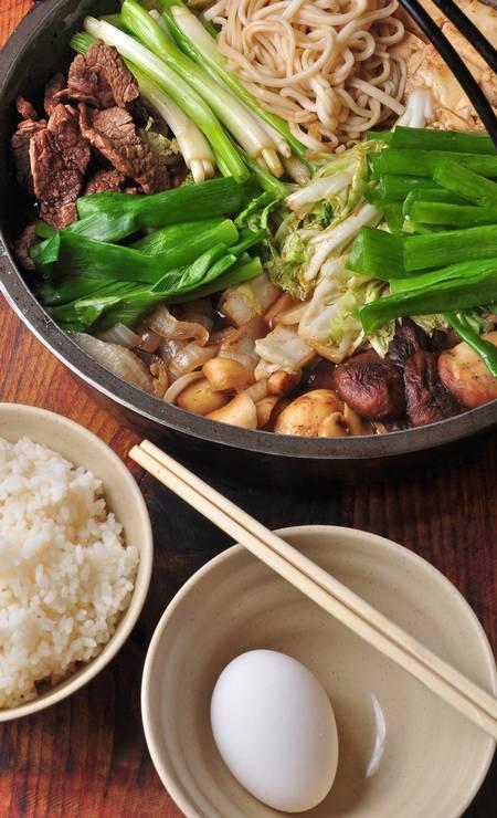 Yumê. O shabu shabu (R$ 220) é uma espécie de fondue japonês, um cozido de filé mignon com legumes, tofu, verduras frescas como acelga, agrião, alho poró, cebolinha, cogumelos shiitake, shimeji e champignon, e o udon, macarrão japonês de farinha. O tempero é o hondashi, à base de peixe. Rua Pacheco Leão 758, Jardim Botânico (3205-7321) Foto: Rio Art Com / Divulgação