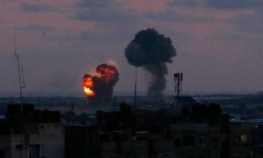 Ataque aéreo israelense na cidade de Rafah, na Faixa de Gaza Foto: SAID KHATIB / AFP