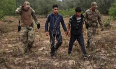 Integrantes da patrulha de fronteira americana detém imigrantes hondurenhos sem documentos em Falfurrias, no Texas Foto: ADREES LATIF / REUTERS