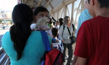 Mulher mexicana carrega o neto no ponto de entrada em Paso Del Norte Foto: HERIKA MARTINEZ / AFP