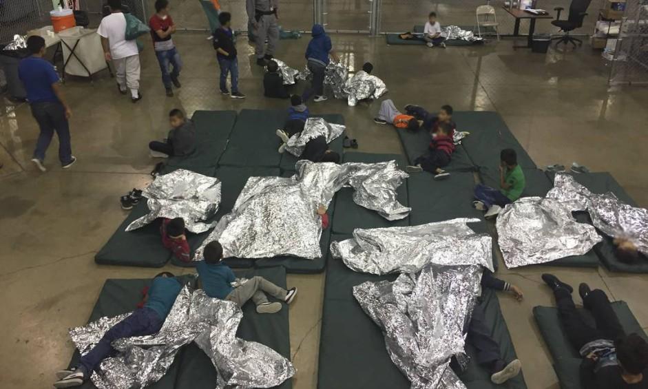 Crianças e adolescentes dormem sob mantas de papel laminado em centro da patrulha fronteiriça em Rio Grande Valley, onde foram separados de seus pais: poítica foi terminada pelo presidente Donald Trump após muita pressão até de partidários Foto: HANDOUT / AFP