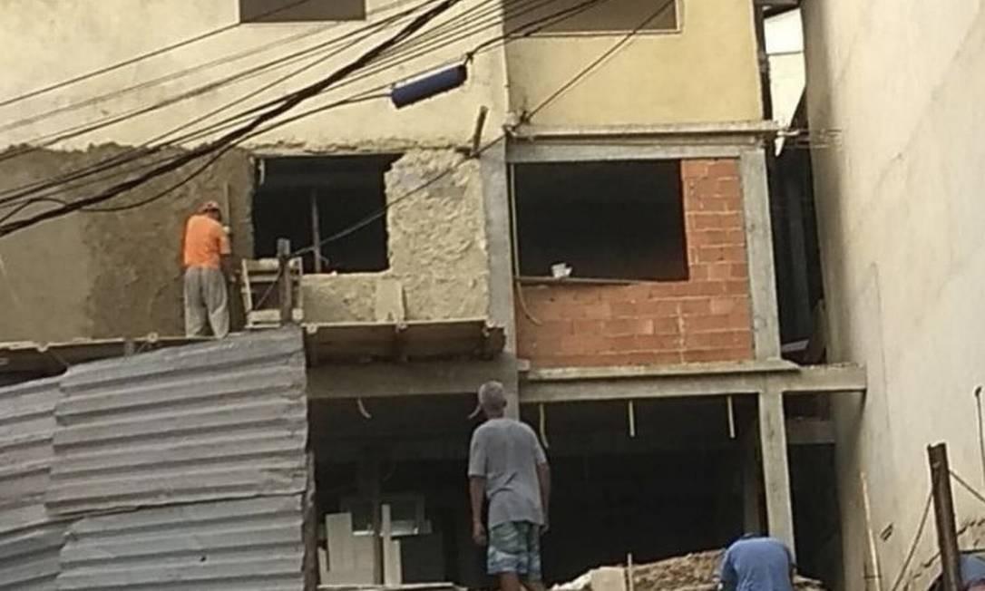 Construção de prédios estava em ritmo acelerado no Morro do banco Foto: Divulgação/Ama-Il