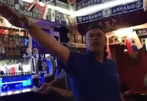 Bar onde vídeo foi gravado ficaria na cidade russa de Volgogrado, onde os ingleses jogaram contra a Tunísia na segunda-feira Foto: Reprodução/The Sun