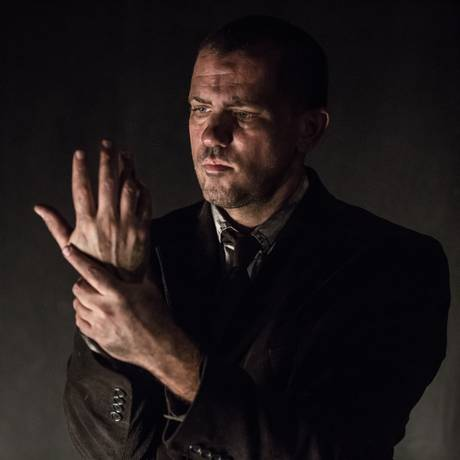 'A peste': Pedro Osório vive personagem de Camus Foto: Renato Mangolin