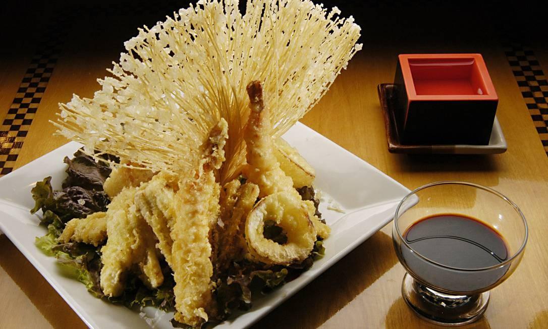 Origami. O tempura misto é um clássico para quem não dispensa um prato quente no japonês, como o misto com camarões e lulas (R$ 57,90). Shopping da Gávea: Rua Marques de São Vicente 52, Gávea (2274-4094) Foto: Divulgação