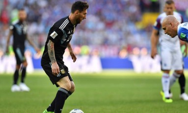 O craque argentino Lionel Messi, que surpreendeu ao perder um pênalti durante o jogo contra a Islândia, na estreia de sua seleção no Mundial Foto: YURI CORTEZ / AFP