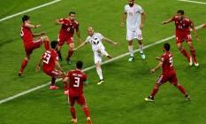 David Silva tenta finalização entre seis iranianos Foto: John Sibley/Reuters / REUTERS