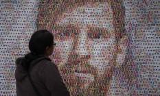 Uma fã observa homenagem a Messi no Museu Casa Rosada, em Buenos Aires Foto: EITAN ABRAMOVICH / AFP