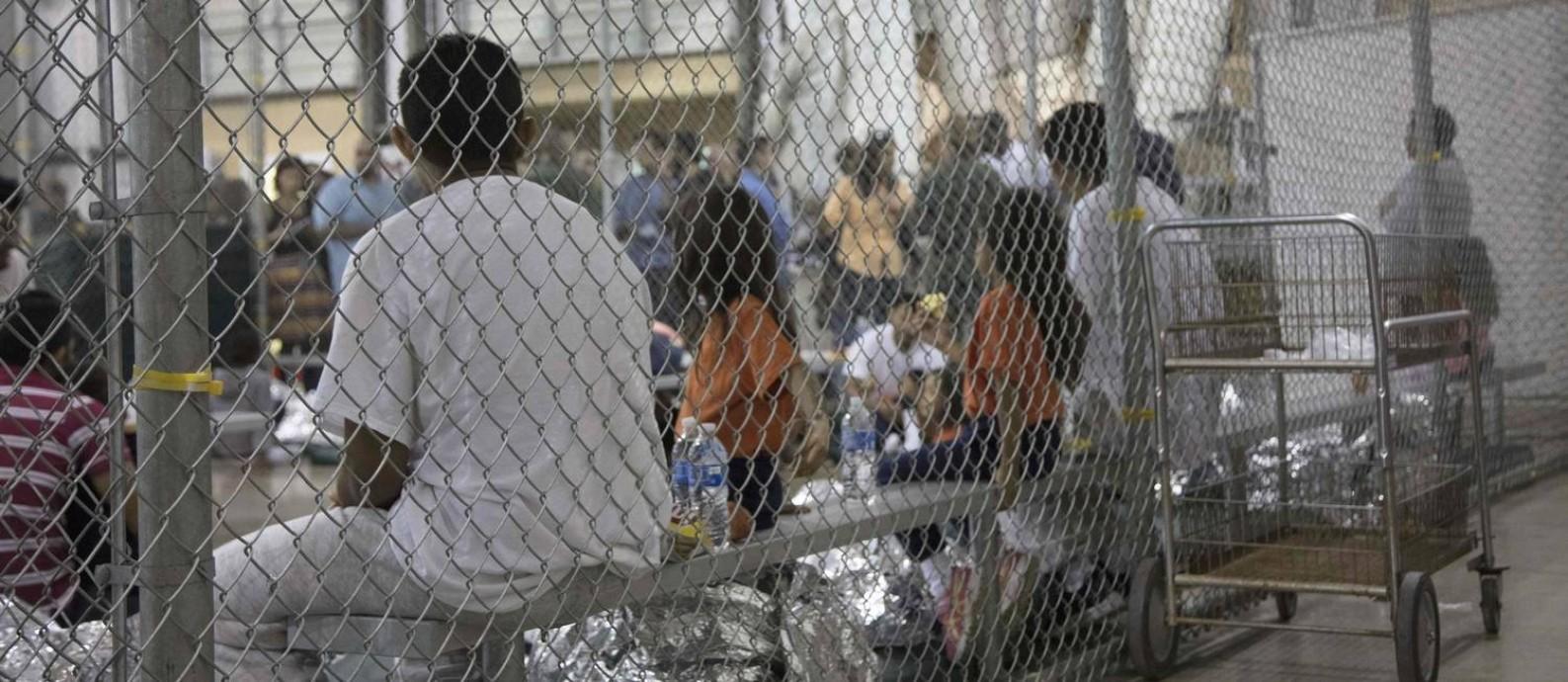 Crianças imigrantes separadas dos pais num centro em McAllen, Texas: procedimento pode ter parado, mas os que já foram separados continuarão a ser processados como antes Foto: HANDOUT / AFP